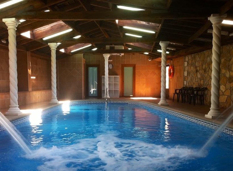 Apartamentos tur sticos con zona spa piscina climatizada for Piscina guadarrama